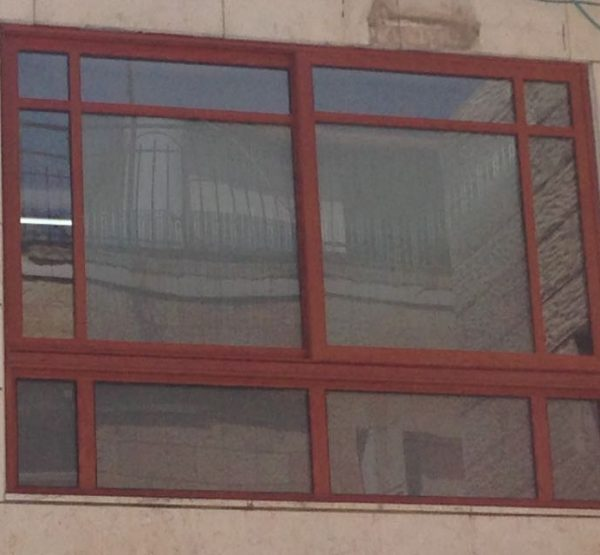 חלונות אלומיניום בצבע עץ