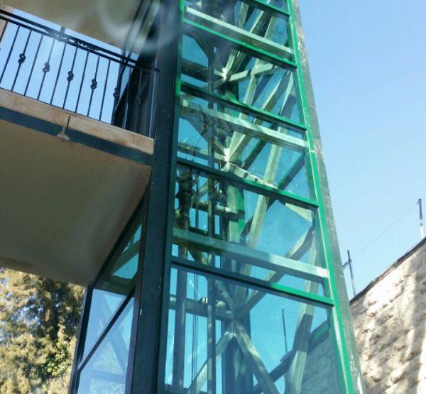 סגירת חיפוי למעלית חיצונית עם קיר מסך
